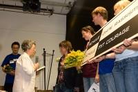 Mucki Koch übergibt das SOR-Schild<br />© Foto: Renate Bonow<br /><br />