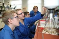 <em>Abbildung 5: Der Chemie-LK zu Besuch im Labor von INEOS</em>