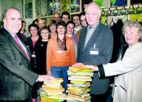 <em>Wollen gemeinsam über den Zaun blicken: Jürgen Reuse, Schulleiter der Steinwaldschule, Dr. Wolfgang Harder und Ingrid Kaiser, von links, freuen sich auf einen regen Austausch. Foto: Rose</em>