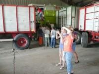Besonders interessant waren dann der Rundgang auf dem Hof und die Besichtigung der Maschinen des Betriebs.<br />
