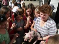 Die <strong>zweite Station</strong> der Exkursion war der <em>Marienhof</em>, der als konventionell wirtschaftender Mischbetrieb sowohl Ackerbau, als auch Viehzucht betreibt. Die Familie Esser öffnete die Ställe für die 5c und zeigte gerne ihre Schweine, Kühe, Hühner und Meerschweinchen.