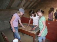"""In der """"Schatzkammer"""" des Hofes konnten die SchülerInnen dann das Saatgut für die verschiedenen Anbauprodukte des Hofes besichtigen."""