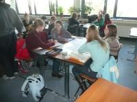 Im Anschluss an die Untersuchung am Pulheimer Bach werden die Ergebnisse von den SchülerInnen in Gruppen zusammengetragen und ausgewertet. Sie beginnen hier bereits mit der Dokumentation ihrer Arbeit, verabreden sich dann für die Fertigstellung ihrer Projekte am Nachmittag.