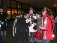 Die von den SchülerInnen erstellten Fragebögen kommen auf dem Kölner Weihnachtsmarkt in Interviews mit Touristen zum Einsatz. Anfangs noch etwas ängstlich, schnell jedoch immer selbstbewusster, führen die SchülerInnen zahlreiche Interviews durch.<br /><br />