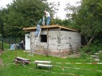 Die Dachpappe wird aufgebracht