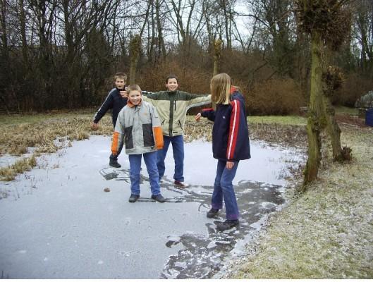 Vergnügen:  Der zugefrorene Teich hält einiges aus